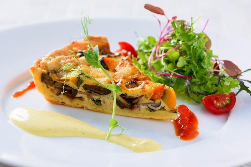 キッシュ・ロレーヌ 季節の旬野菜をふんだんに使った贅沢キッシュ。特製濃厚オランデーズソース