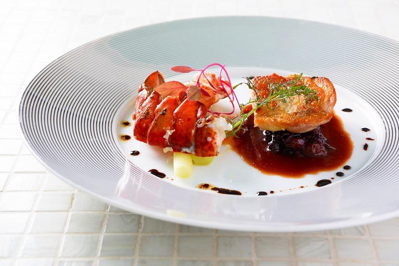 新鮮な魚介とチキンのグリル 夏野菜のタプナードソース