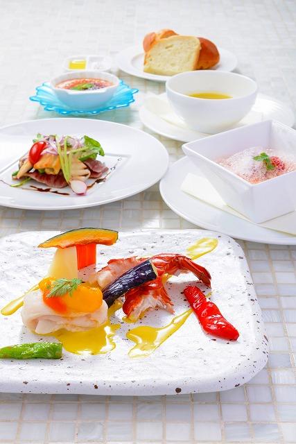 季節の鮮魚とオマールエビのポワレ